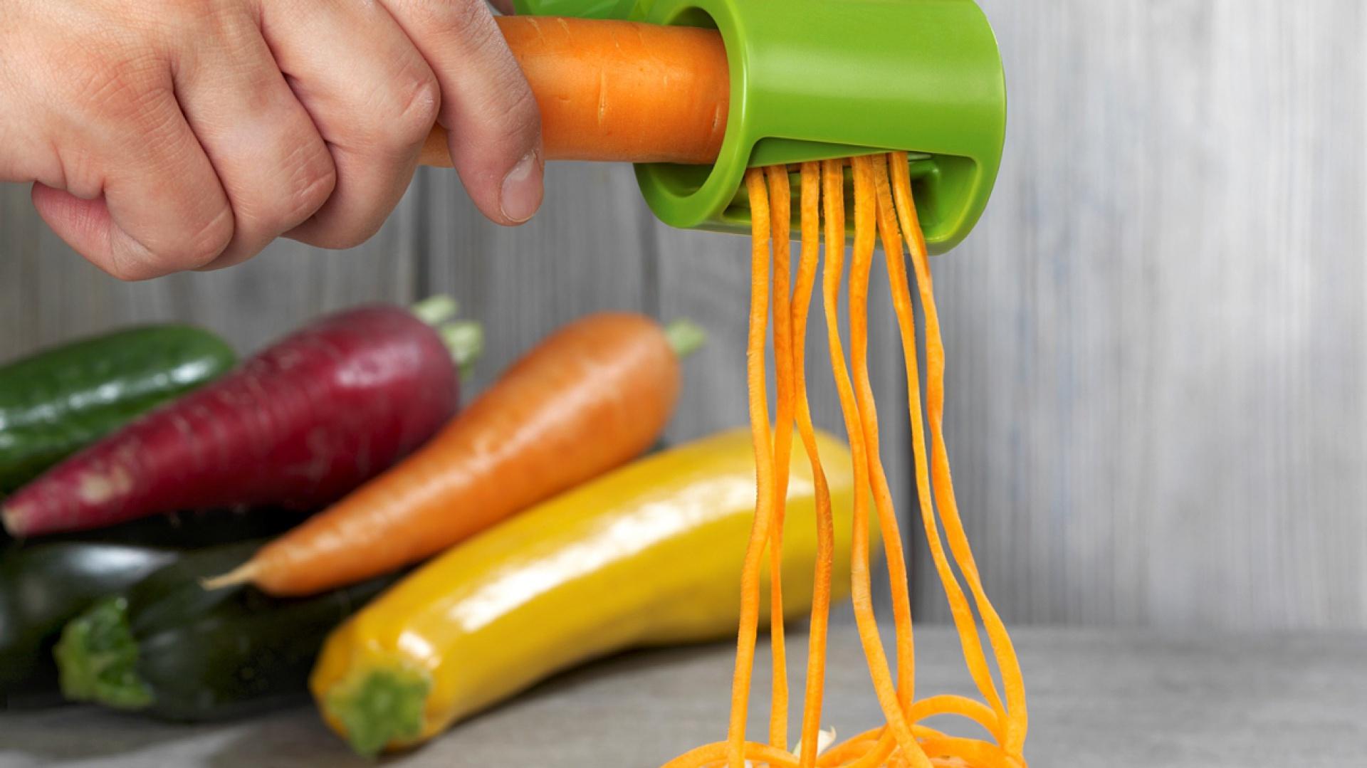 Akcesoria kuchenne do krojenia, tarkowania, siekania i obierania. Fot. a' Tab