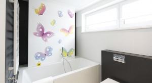 Kamień naturalny, płytki ceramiczne, a może grafika nadrukowana na szkle? Jaki materiał najlepiej sprawdzi się na ścianie nad wanną?