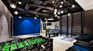 Nowe warszawskie biuro JLL nie przestaje zaskakiwać. Tétris oddał właśnie do użytku ostatnie trzy piętra w budynku Warsaw Spire o powierzchni ponad 4,500 mkw. Mamy tu bieżnie z pulpitami do pracy, drabinki do ćwiczeń czy Xbox. Smaczku tym wnętr