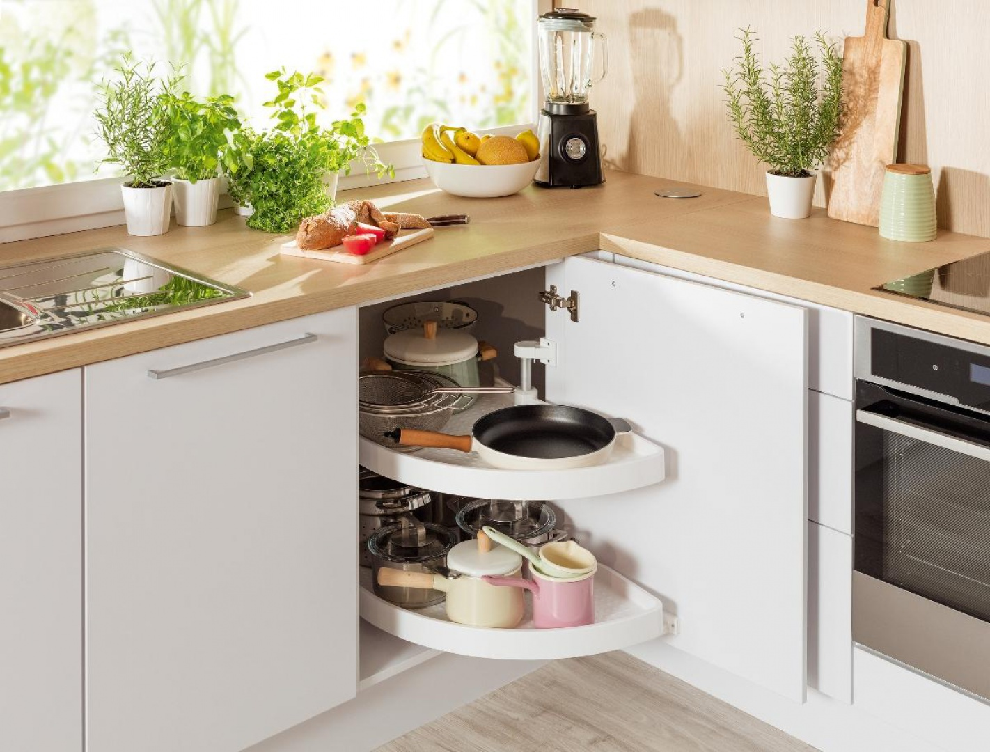 Sposób na przechowywanie w ciasnej kuchni. Fot. Häfele