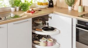 Dodatkowe miejsce na przechowywanie w kuchni kryje się pod nogami, chowa za drzwiczkami lub w rogu pomieszczenia. Podpowiadamy, jak je znaleźć w pięciu prostych krokach.