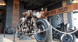 Najbardziej niezwykłe koncepty powstają tam, gdzie pasja spotyka ciężką pracę i odrobinę szaleństwa. Dokładnie tak, jak w nowo otwartym salonie firmy Game Over Cycles i marki Harley-Davidson w Rzeszowie, który powstał jako spełnienie marzeń p