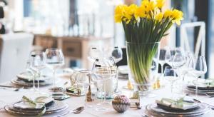 Na uroczyście zastawionym do śniadania wielkanocnego stole nie może zabraknąć eleganckiej zastawy i dekoracji ze świeżych wiosennych kwiatów.