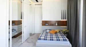 Nie trzeba przeprowadzać gruntownego remontu, aby odświeżyć aranżację sypialni. Nowe poduszki, narzuty czy dekoracyjne drobiazgi na stoliku nocnym odmienią wystrój wnętrza i nasze samopoczucie.