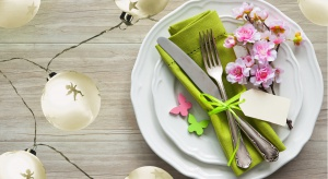Wielkanoc to święto wiosenne. Ten specjalny czas można jeszcze bardziej podkreślić za sprawą dobrze dobranego oświetlenia stołu.