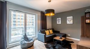 Mieszkanie to zostało zaprojektowane z myślą o parze młodej parze, rozpoczynającej właśnie wspólne życie, która mimo ograniczonych możliwości finansowych, chciałaby zamieszkać w nowoczesnym i komfortowym wnętrzu, podkreślonym designerskimi