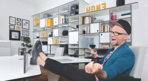 Tomasz Pągowski urządza własną przestrzeń życiową, której przyświeca idea home office. Sprawdźcie jaki klimat udało mu się stworzyć.