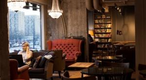 Green Caffè Nero wychodzi naprzeciw potrzebom biznesu. Kawiarnia przy Rondzie ONZ w Warszawie zyskała dodatkowe piętro. Oprócz typowej przestrzeni, gdzie goście mogą napić się kawy, są tam jeszcze dwie salki, które można wynajmować na spotkani