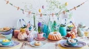 Jak zaaranżować wiosenny stół? Z pomocą przyjdą koncepty, które wprowadzą powiew świeżości do domowych wnętrz.