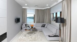 Słoneczne, przestronne salony, w których królują jasne kolory i lekkie formy mebli to wnętrza, w których doskonale się odpoczywa i przyjmuje gości.
