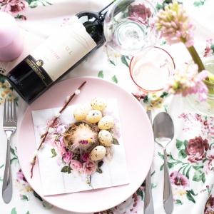 Na tegorocznym stole nie może zabraknąć zastawy w pastelowych kolorach - pudrowy róż i biel. Fot. Panul
