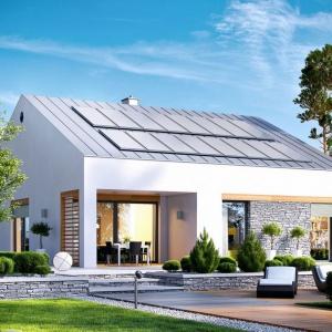 Dużym plusem domu są również liczne przeszklenia, dzięki którym wnętrze wspaniale wypełnia się naturalnym, ciepłym światłem. Fot. Archipelag