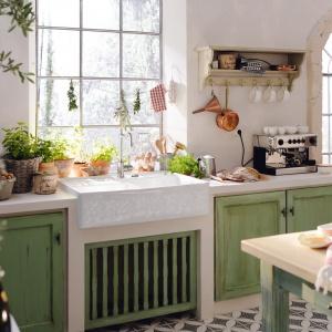 Aranżacja kuchni: strefa zmywania pod oknem. Fot.  Villeroy&Boch