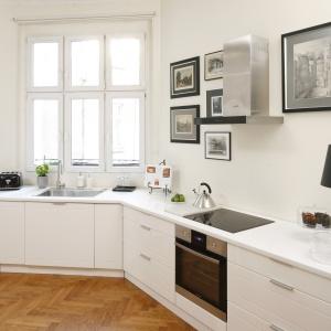 Aranżacja kuchni: strefa zmywania pod oknem. Projekt: Iwona Kurkowska. Fot. Bartosz Jarosz