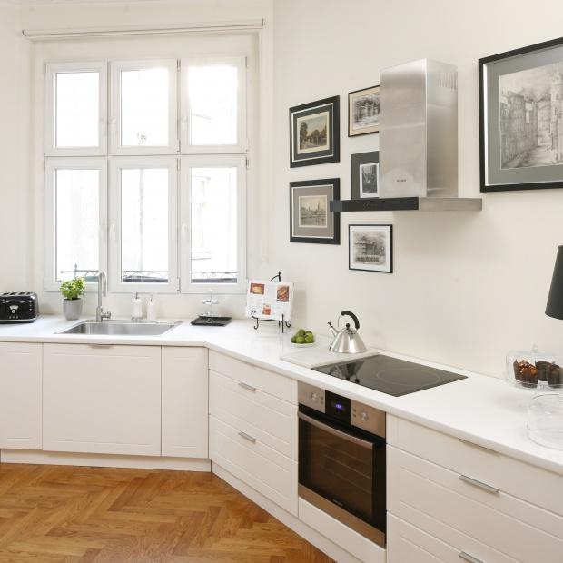 Aranżacja kuchni. 15 pomysłów na strefę zmywania pod oknem