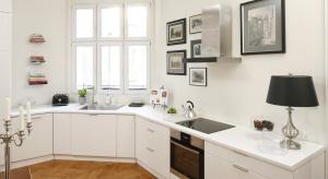 Strefa zmywania zaaranżowana pod oknem ma wiele zalet: jest oświetlona naturalnym światłem, a podczas niezbyt lubianej czynności zmywania możemy delektować się widokiem za szybą.