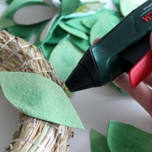 Do podstawy wianka przyklejamy najpierw płaskie liście, potem nasze trójwymiarowe kwiaty. Fot. Bosch
