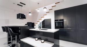 Największym dylematem podczas urządzania kuchni są chyba meble. Tutaj pojawia się kilka pytań – jak ustawić meble, czy zdecydować się na górną zabudowę, jakie fronty wybrać – w macie czy połysku?