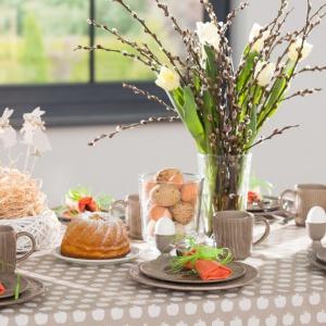 Pomysł na wielkanocny stół. Kolekcja Flowers. Fot. Dekoria.pl
