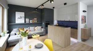 Przy projektowaniu kuchni otwartej należy zadbać o to, aby oba pomieszczenia sprawiały wrażenie bardzo przestronnych. Ważne jest, aby nie zagracać niepotrzebnie przestrzeni – tutaj liczy się każdy detal.