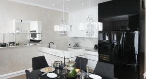Czerń to elegancka klasyka. Nadaje wnętrzom nowoczesny i szykowny wygląd. Coraz częściej pojawia się także w kuchniach, np. w postaci sprzętu AGD.