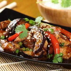 Steki wieprzowe z warzywami z woka. Fot. Knorr