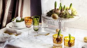 Jeżeli szukacie pomysłu na niebanalne dekoracje wielkanocnego stołu postawcie na szkło kryształowe. Białe lub kolorowe sprawdzi się zarówno jako element nakrycia, ale można je także wykorzystać do tworzenia oryginalnych stroików.
