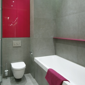 Kolor zawitał również do łazienki. Modną szarość ożywia intensywny róż. Projekt: Katarzyna Uszok, Natalia Krzymińska. Fot. Bartosz Jarosz.