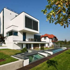 Pomimo swej nowoczesnej formy dom doskonale wpisuje się w otaczającą zabudowę oraz naturalne ukształtowanie krajobrazu. Fot. Tomasz Zakrzewski