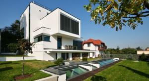 Dom XV, zaprojektowany przez tyską pracownię architektoniczną RS+, jest nie tylko świetnym przykładem współczesnej architektury, ale także nowoczesnej aranżacji wnętrz.
