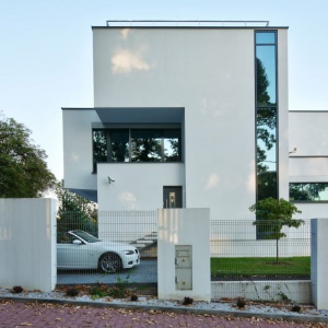 """Bryłę tego dużego domu skomponowano z mniejszych, kubicznych form, które nieco poprzesuwane względem siebie wizualnie """"odejmują"""" masy budowli. Fot. Tomasz Zakrzewski"""