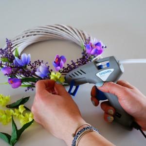 Krok 4 - Po przymocowaniu większych kwiatów, luki pomiędzy nimi uzupełnij mniejszymi kwiatkami, liśćmi ora gałązkami brzozy.