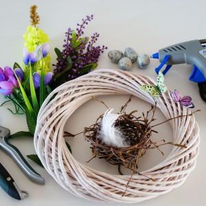 Krok 2 - Przygotuj wszystkie materiały potrzebne do stworzenia wianka. Rozdziel sztuczne kwiaty na kwiatostany i liście.