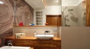 Jednym z najprostszych sposobów na optyczne powiększenie łazienki jest montaż dużego lustra. Jego obecność będzie powielała wnętrze, sprawiając, że stanie się ono optycznie znacznie większe.W naszej galerii zebraliśmy zdjęcia z polskich