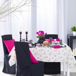 Obrus prostokątny w fioletowo-różowe kwiaty, kolekcja Mirella. Fot. Dekoria