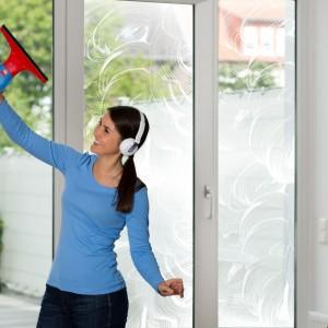 Mycie okien elektryczną ściągaczką jest proste i szybkie. Fot. Vileda