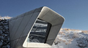 MMM Corones to najnowsze i ostatnie muzeum w szeregu Messner Mountain Museum znajdujące się na szczycie płaskowyżu Kronplatz w Dolomitach. To niezwykłe, wbudowane w górę muzeum poświęcone jest alpinistom, którzy stworzyli historię wspinaczek wy