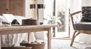Nowa seria Stockholm to staranne połączenie mebli oraz akcesoriów wykonanych z naturalnych i przyjemnych w dotyku materiałów,z charakterystyczną dla rękodzieła najwyższą dbałością o jakość.