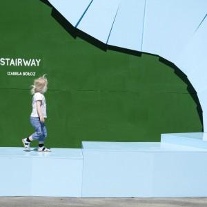 Instalacja miejska Stairway w Kopenhadze za dnia służy za miejsce spotkań, a wieczorem przeobraża się w skatepark.