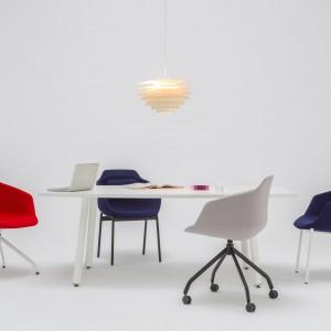 Fotele ULTRA wyznaczają nowy standard komfortu wśród krzeseł konferencyjnych, dzięki unikalnym, miękkim oparciom. Fot. Ernest Wińczyk