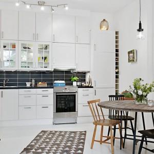 Aranżacja kuchni: pomysł na wnętrze w skandynawskim stylu. Fot. Alvhem Makleri