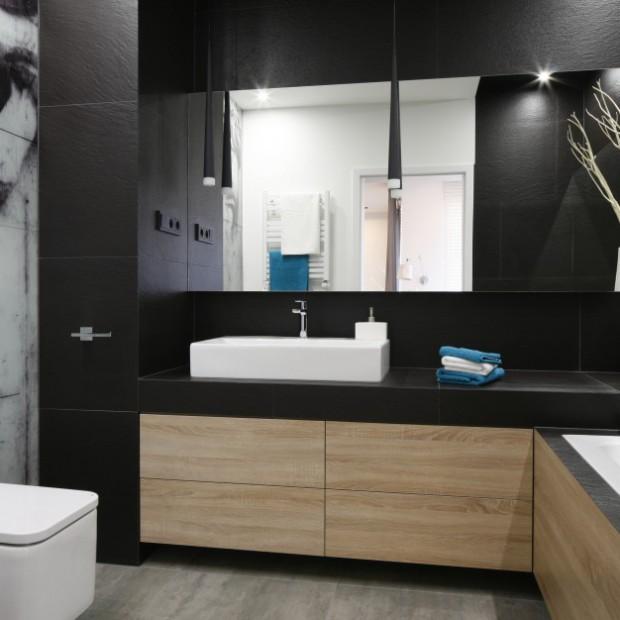 Trzy aranżacje łazienek z drewnem