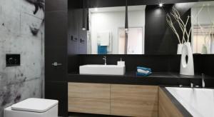 W naszej galerii przygotowaliśmy dla Was krótki przegląd trzech gotowych projektów łazienek z polskich domów, których właściciele zdecydowali się połączyć ciemne kolory, jak czerń, grafit i antracyt z ocieplającymi je barwami drewna.