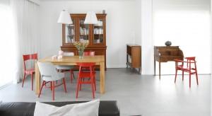Projekt wnętrza stanowi subtelne połączenie stylu nowoczesnego i retro. Czerwień, która występuje na krzesłach i pojawia się także jako akcent na dekoracyjnych dodatkachpodkreśla charakter wnętrza.