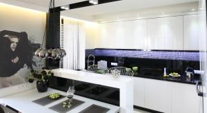 Nowoczesna zabudowa kuchenna nieodmienne kojarzy się z lakierowanymi frontami. Modnie w tym sezonie kolorydostępne są w lśniącym połysku lub w satynowym macie.