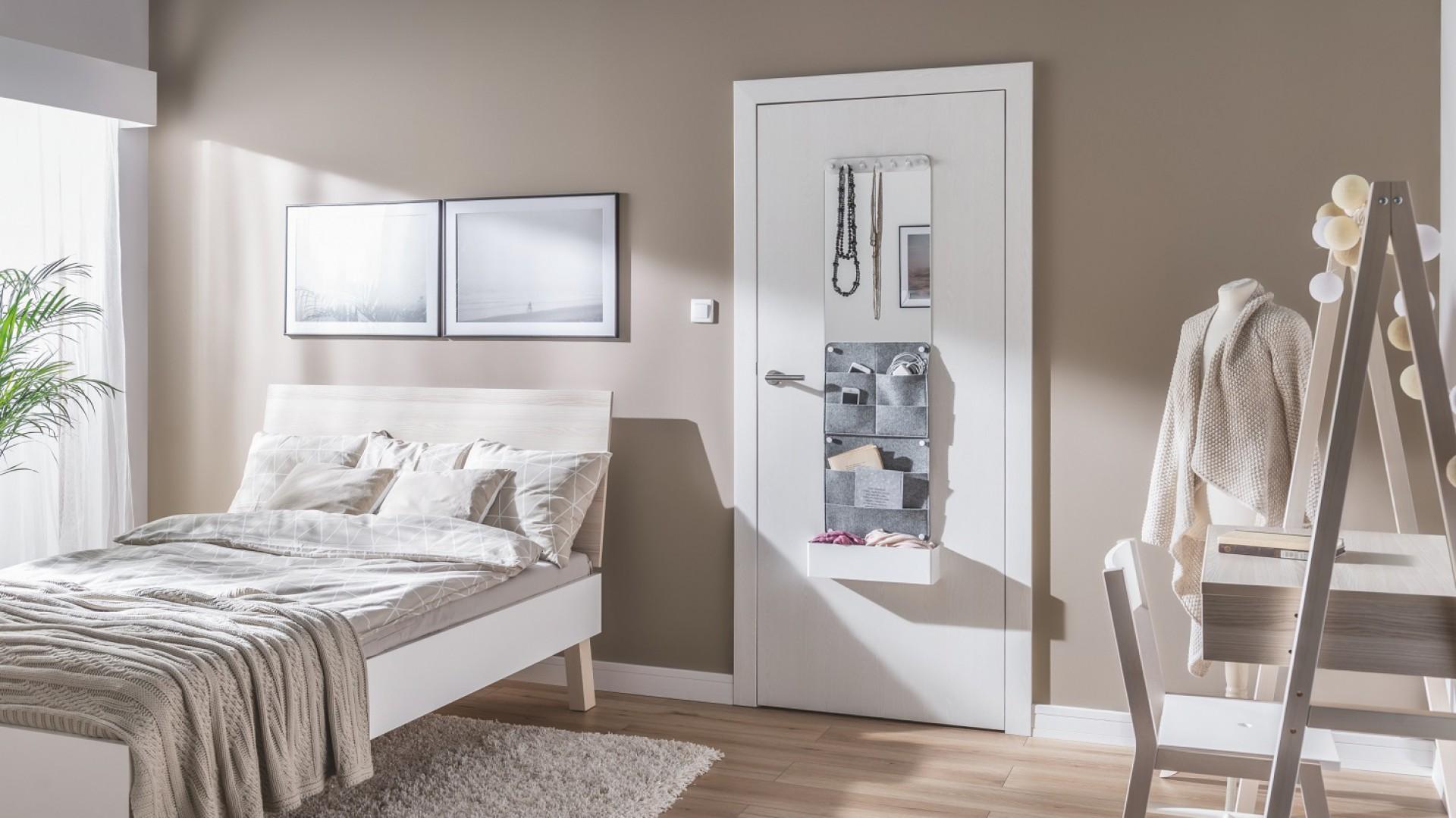 Drzwi w sypialni mogą pełnić również rolę podręcznej toaletki z lustrem. Fot. Vox