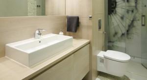 Kolor beżowy świetnie komponuje się z równie relaksującymi i popularnymi szarościami, bielą a także z brązami. Dlatego też w beżowych łazienkach często spotkamy również meble w kolorach drewna, które dodatkowo potęgują domową, przytuln�