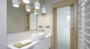 Biała łazienka wcale nie musi być nudna - wręcz przeciwnie. Moda na przemianę zwykłego pomieszczenia w nastrojowy salon kąpielowy, sprawiła, żepojawia się coraz więcej nowych pomysłów na aranżację łazienki.