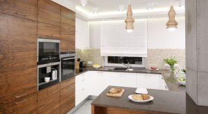 Wysoka zabudowa w kuchni to idealne miejsce na ukrycie sprzętów AGD. W ten sposób urządzimy kuchnie nowoczesną, w której większość sprzętów i akcesoriów jest schowana.