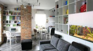 W małym mieszkaniu pokój dzienny musi pełnić różne funkcje. Zwykle jest otwarty na kuchnię lub aneks kuchenny. Zobaczcie jak można ciekawie zaprojektować takie wnętrze.